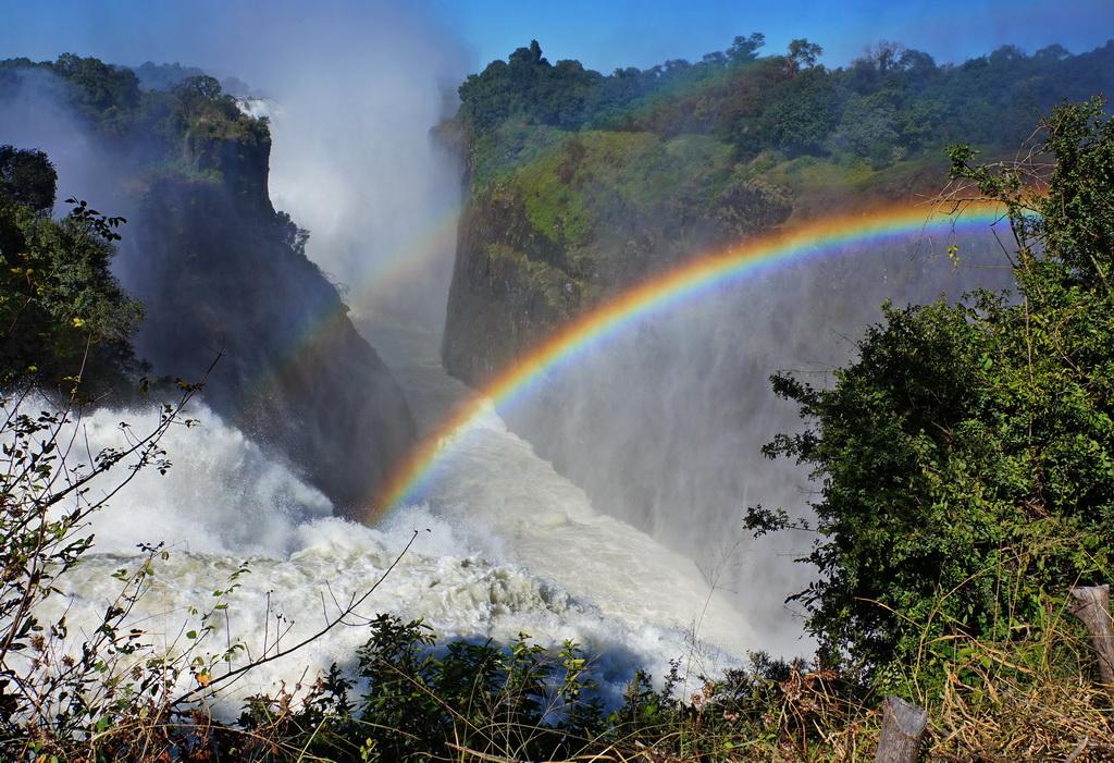Веселка над водоспадом Вікторія