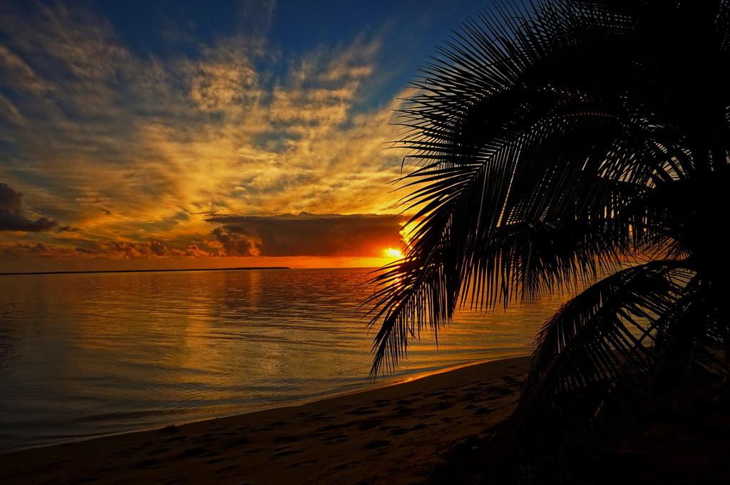 Захід сонця на острові 'Атата (Тонга)